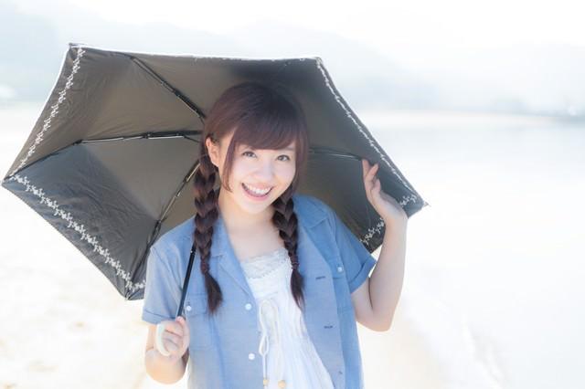 日傘とおさげの女性の写真