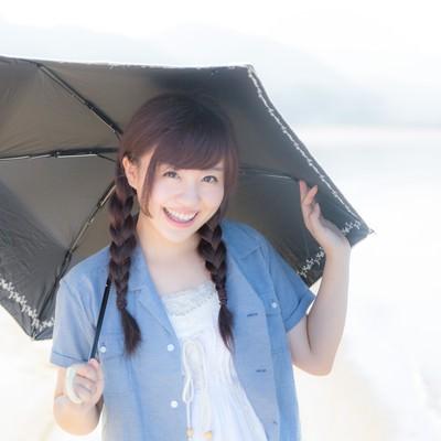 「日傘とおさげの女性」の写真素材
