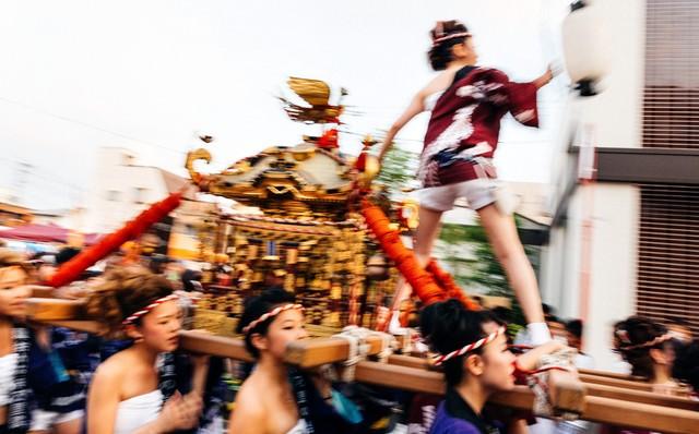 伊万里市、「どっちゃん祭り」の女神輿の迫力の写真