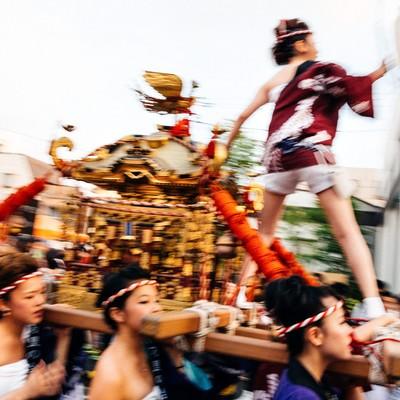 「伊万里市、「どっちゃん祭り」の女神輿の迫力」の写真素材