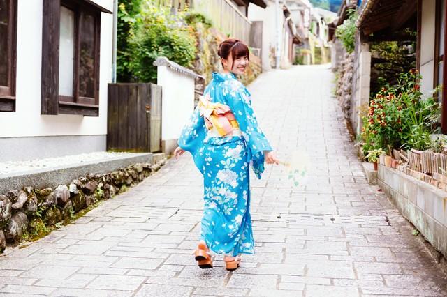 大川内山と浴衣姿の彼女の写真