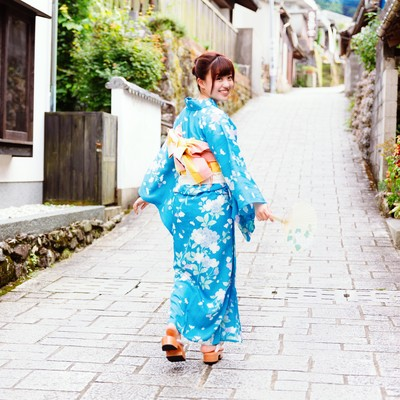 「大川内山と浴衣姿の彼女」の写真素材