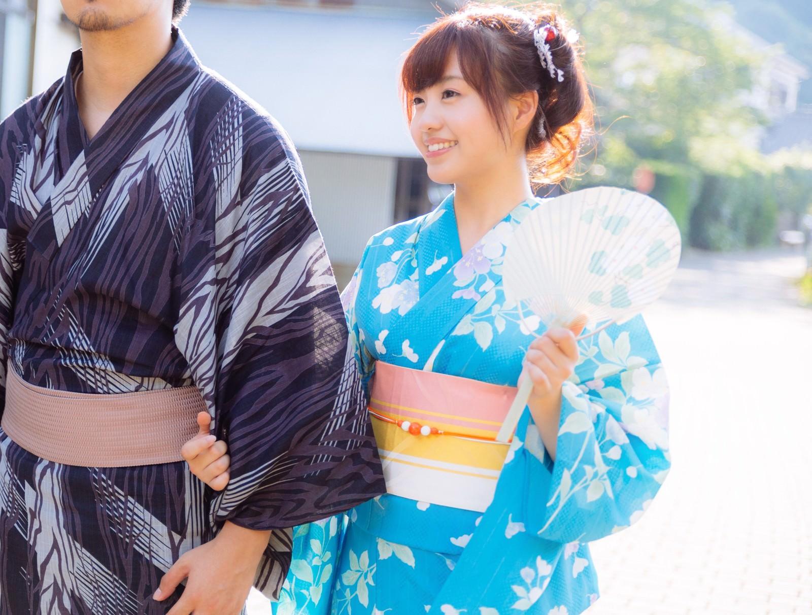 「笑顔が溢れる浴衣デート(恋人)笑顔が溢れる浴衣デート(恋人)」[モデル:河村友歌]のフリー写真素材を拡大