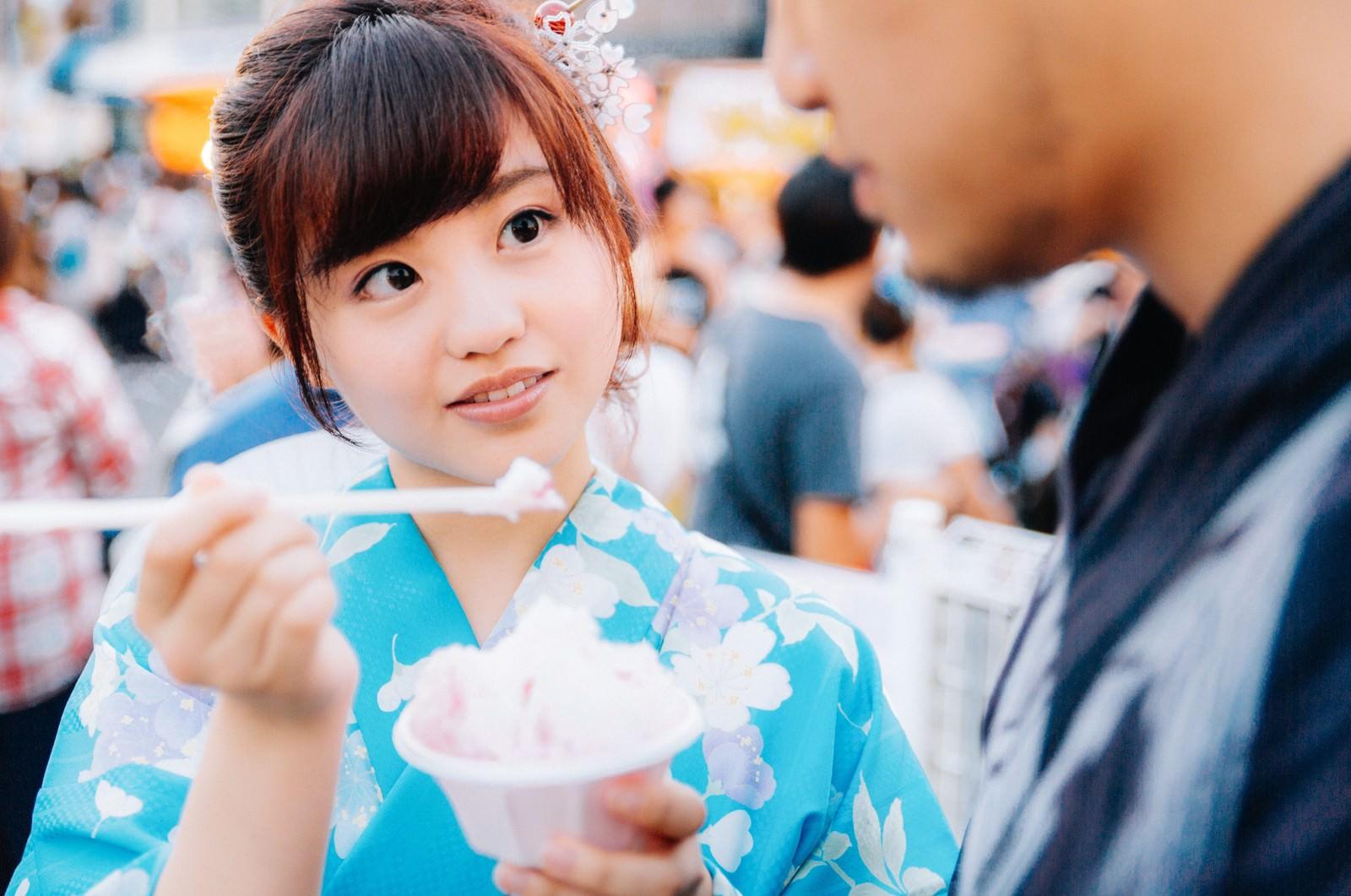 「新しいかき氷の売り子新しいかき氷の売り子」[モデル:河村友歌]のフリー写真素材を拡大