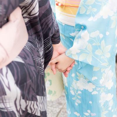 「手を握り合う浴衣姿のカップル」の写真素材