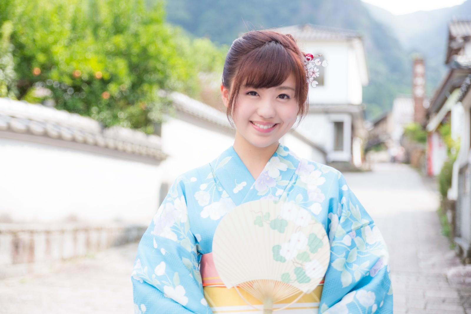 「伊万里市大川内山へ観光に来た青い浴衣の若い女性」の写真[モデル:河村友歌]