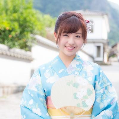 伊万里市大川内山へ観光に来た青い浴衣の若い女性の写真