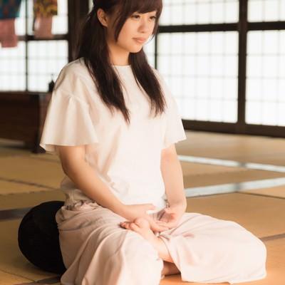 「心を無に、座禅で精神統一する女性」の写真素材