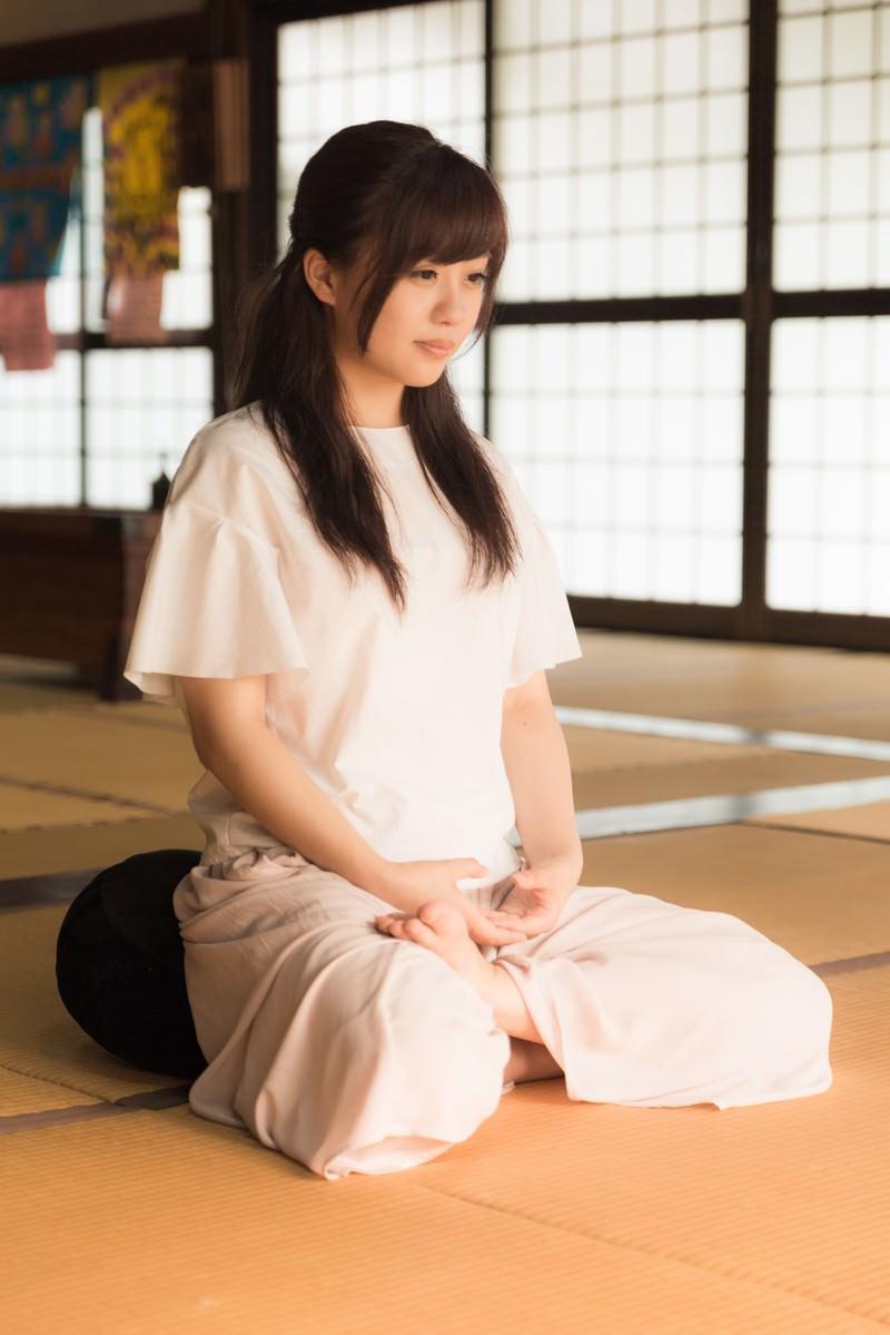 「心を無に、座禅で精神統一する女性」の写真[モデル:河村友歌]