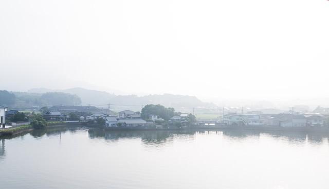 伊万里川と住宅地の写真