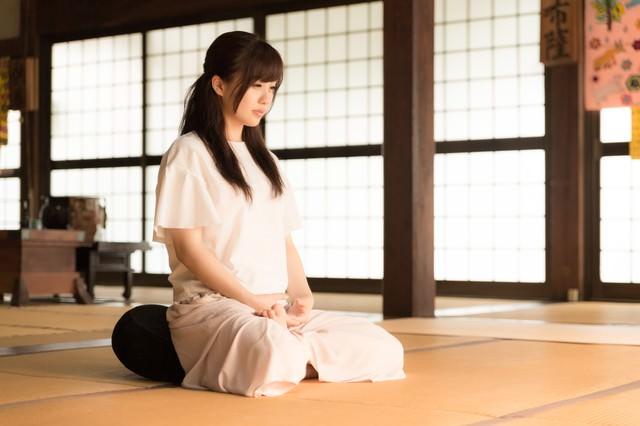 お寺で座禅を組む若い女性(伊万里市本光寺)