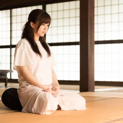 「お寺で座禅を組む若い女性(伊万里市本光寺)」の写真素材