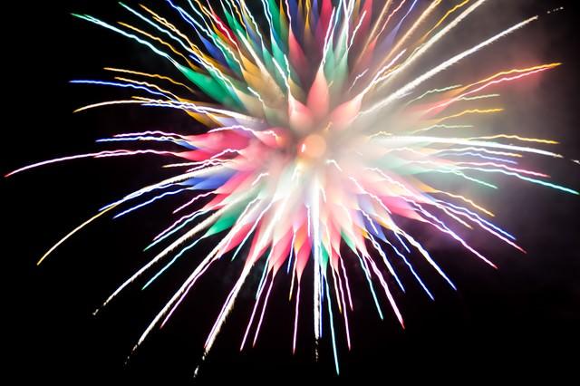 カラフルな炎色反応を起こす花火の写真