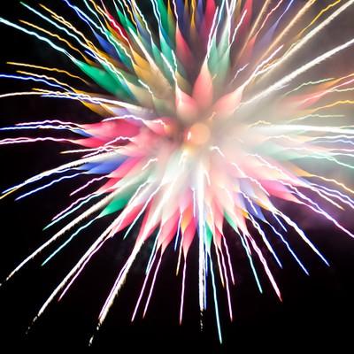 「カラフルな炎色反応を起こす花火」の写真素材