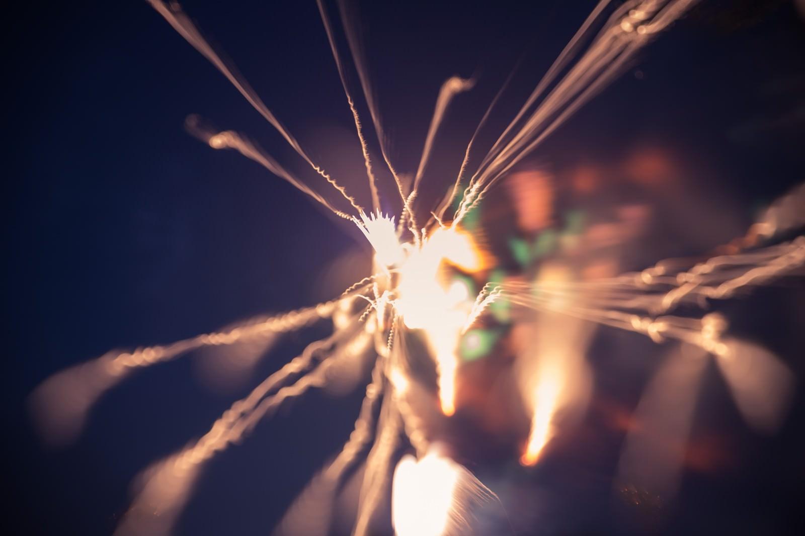 「暗闇で燃える小さい火花」の写真