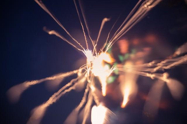 暗闇で燃える小さい火花の写真