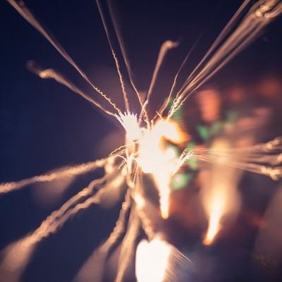 「暗闇で燃える小さい火花」の写真素材