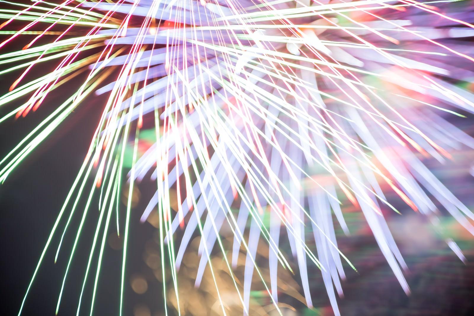 「色鮮やかでカラフルな火花が散る」の写真