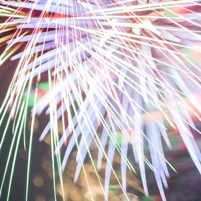 「色鮮やかでカラフルな火花が散る」の写真素材