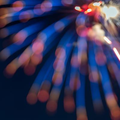 「孔雀の羽のように広がる花火」の写真素材