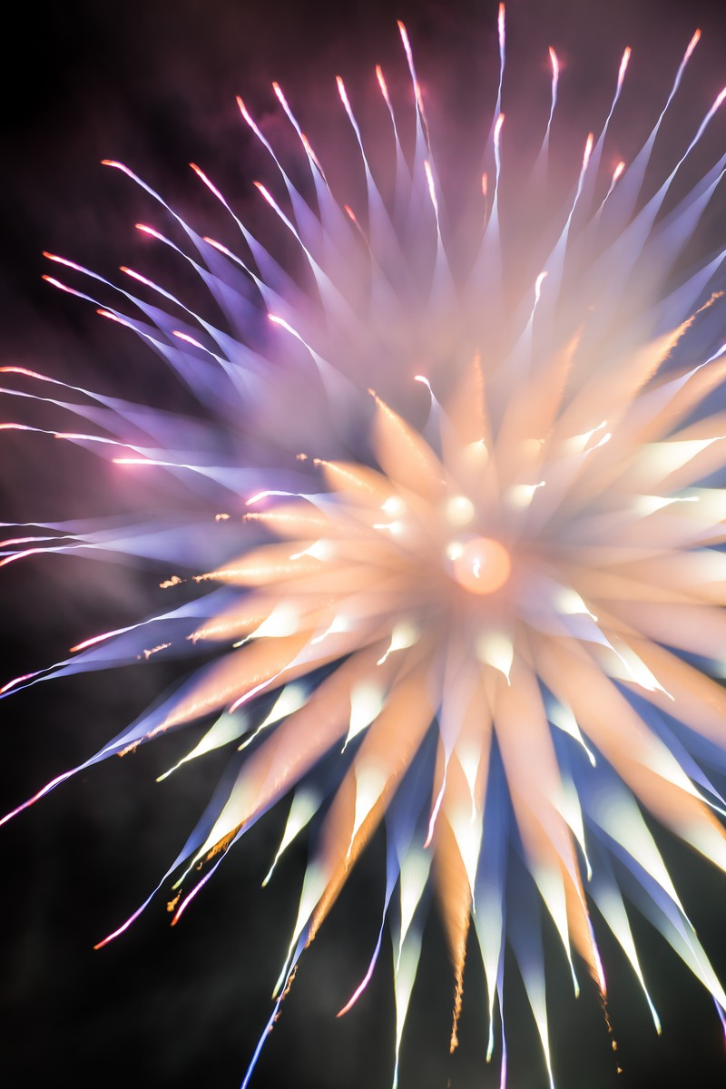「やわらかい暖色のゆるふわ花火 | 写真の無料素材・フリー素材 - ぱくたそ」の写真