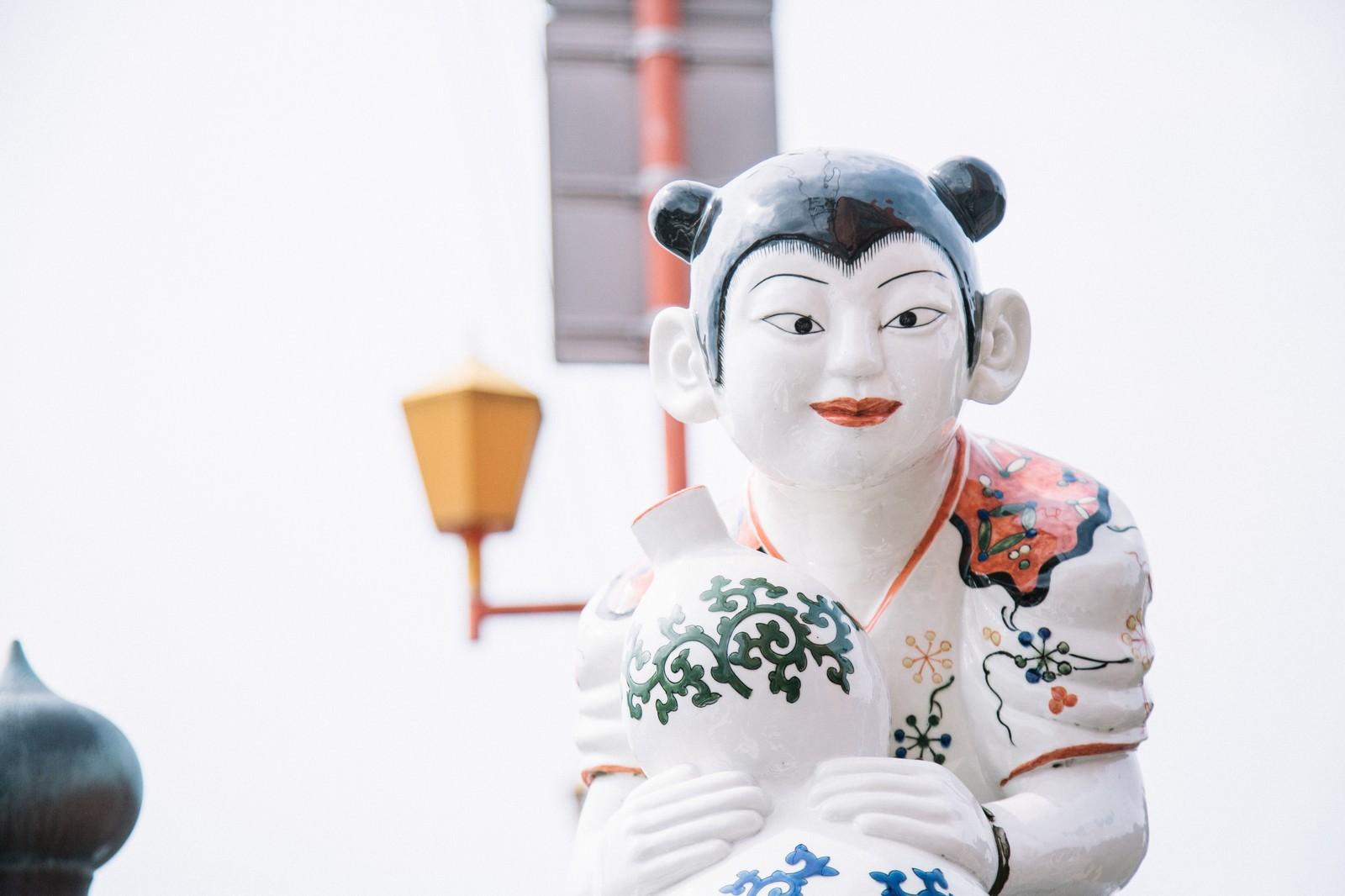 「ガン見してくる延命橋の伊万里色絵瓢箪鯰唐子像」の写真