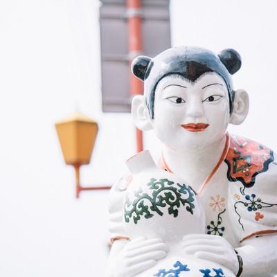 「ガン見してくる延命橋の伊万里色絵瓢箪鯰唐子像」の写真素材
