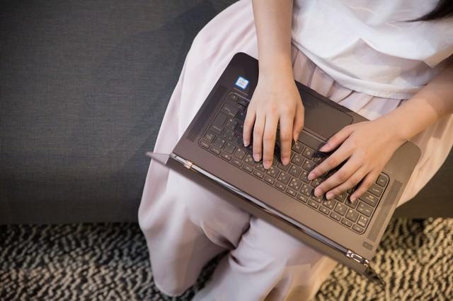 ソファーに座りインタビューしながら書き上げるライターの写真
