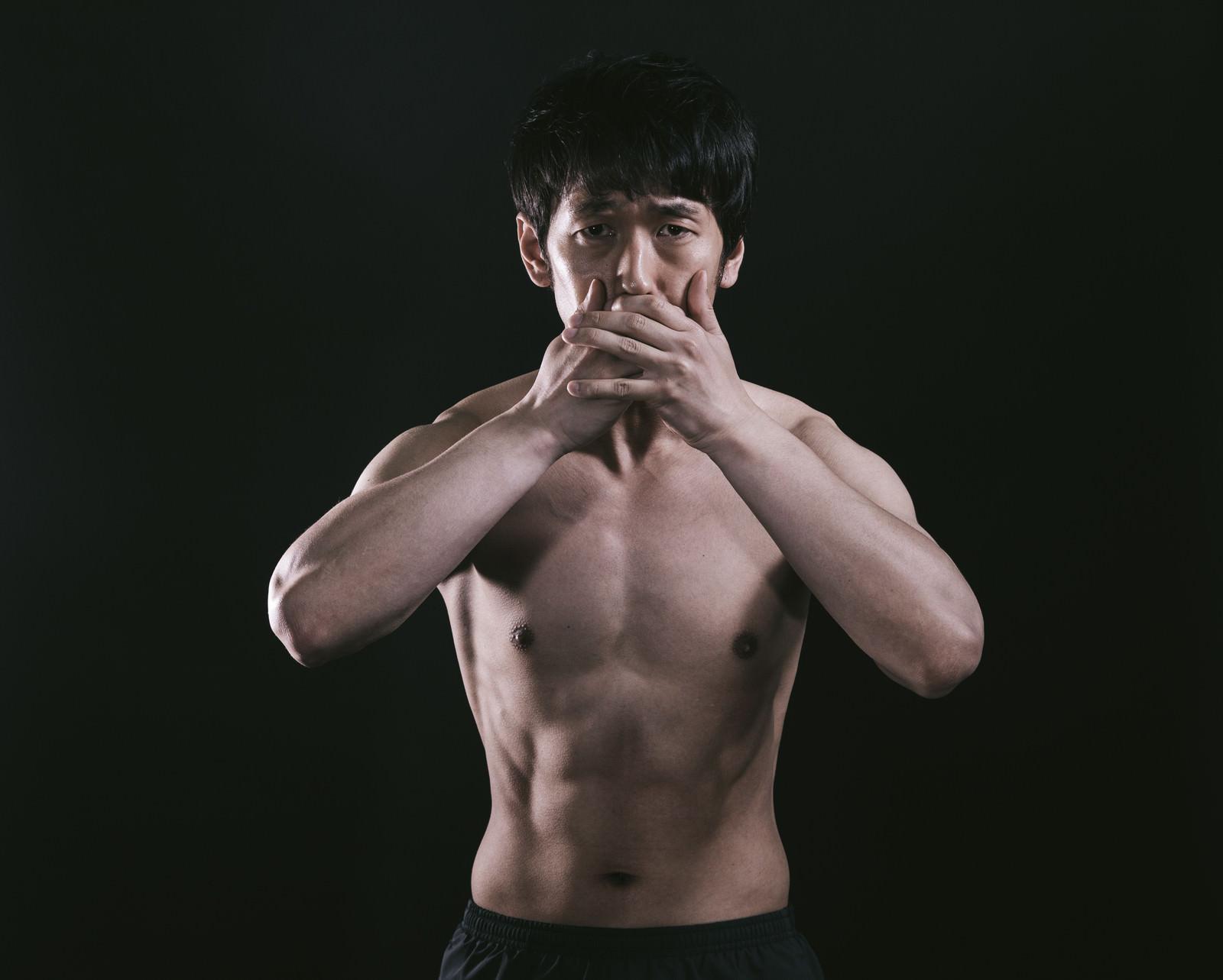 「うわっ…私の体脂肪率低すぎ…?」の写真[モデル:大川竜弥]