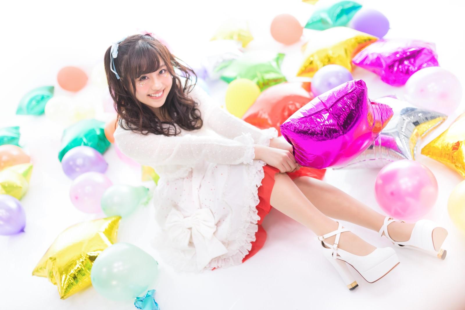 「カラフルな風船に囲まれる女性アイドル」の写真[モデル:河村友歌]