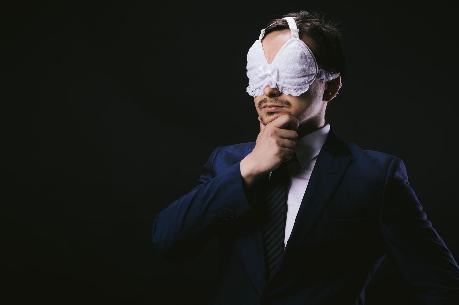 「絶妙なフィット感のアイマスクに満足する会社員」の写真[モデル:Max_Ezaki]