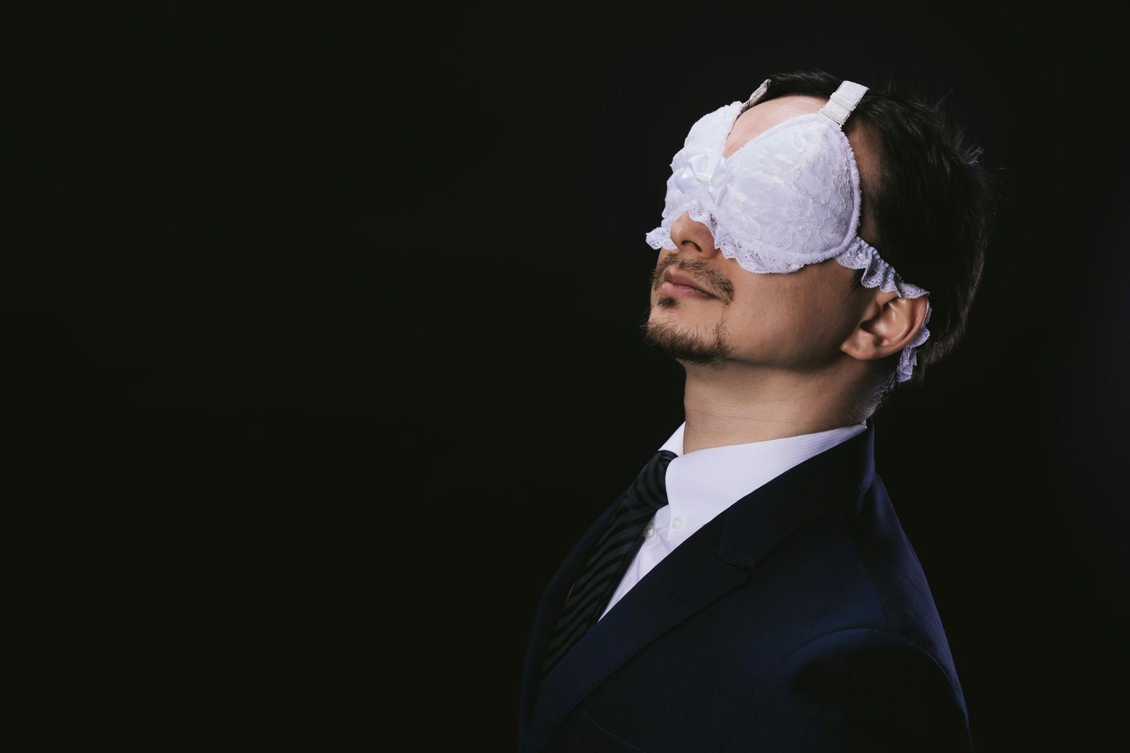 「レースのアイマスクを装着する変態紳士 | 写真の無料素材・フリー素材 - ぱくたそ」の写真[モデル:Max_Ezaki]