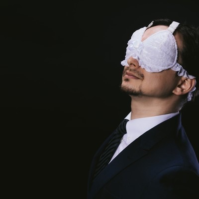 「レースのアイマスクを装着する変態紳士」の写真素材