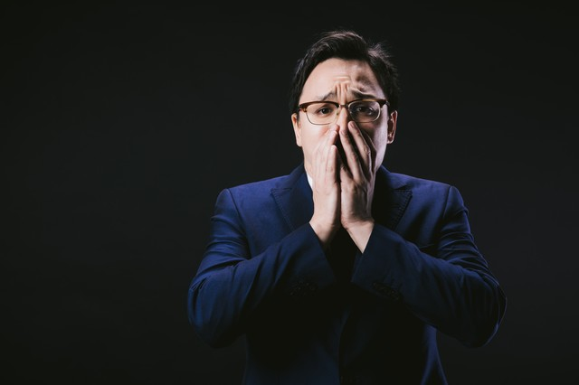 口を抑えて絶望するドイツ人ハーフの写真