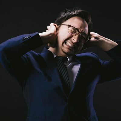 頭痛が痛くて悶え苦しむ外資系社員の写真