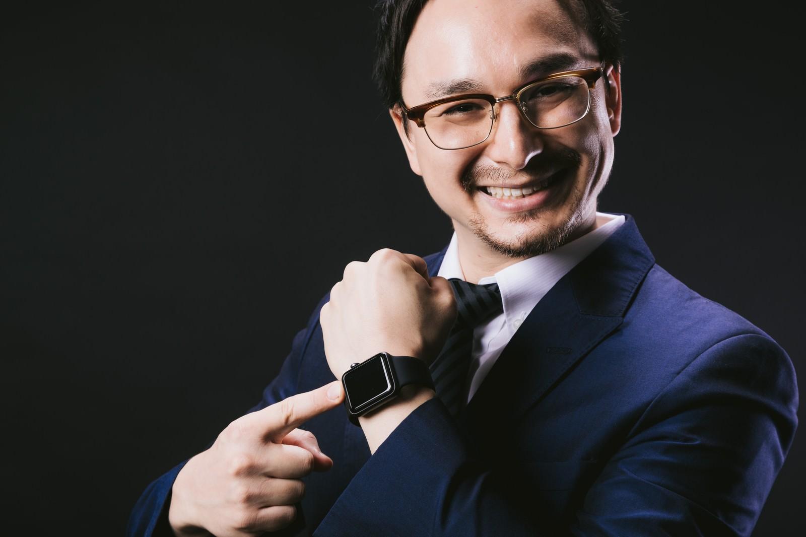 「昇進祝いで Apple Watch を手に入れたエリート」の写真[モデル:Max_Ezaki]