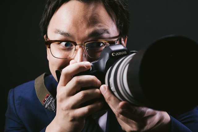 望遠レンズで狙うゲス顔カメラマンの写真