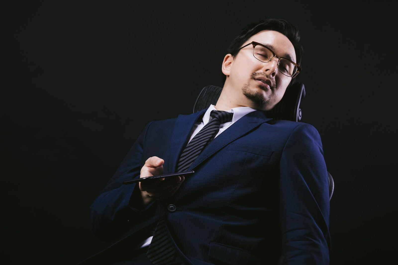 「会社の椅子でスマホやりながら寝落ち会社の椅子でスマホやりながら寝落ち」[モデル:Max_Ezaki]のフリー写真素材を拡大