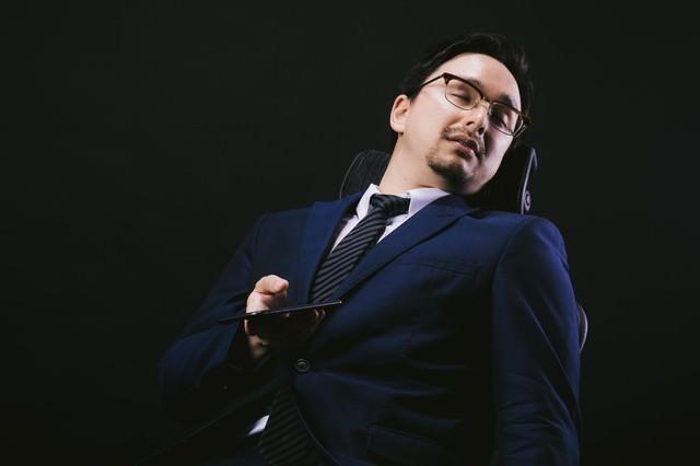 会社の椅子でスマホやりながら寝落ちの写真