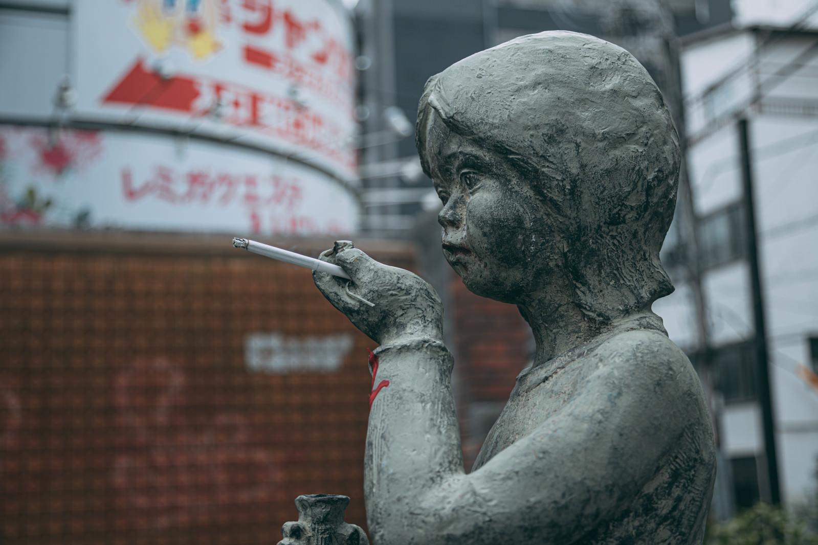 「銅像に紙タバコを持たせるマナーの悪いイタズラ」の写真