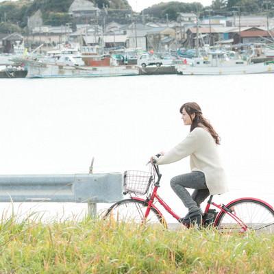 「自転車で買い物に出かける女性」の写真素材