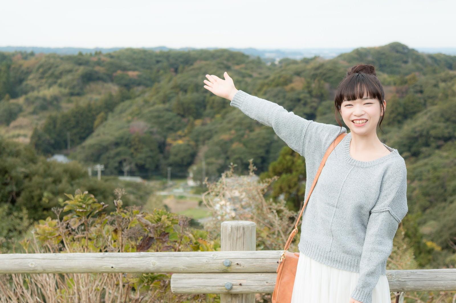 「太東岬からの景観をアピールするレポーター」の写真[モデル:渡辺友美子]
