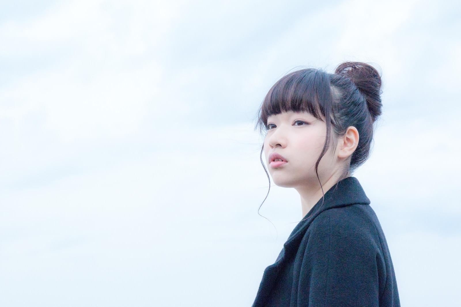 「寒空の下、帰省する彼氏を待つ健気な女の子」の写真[モデル:渡辺友美子]