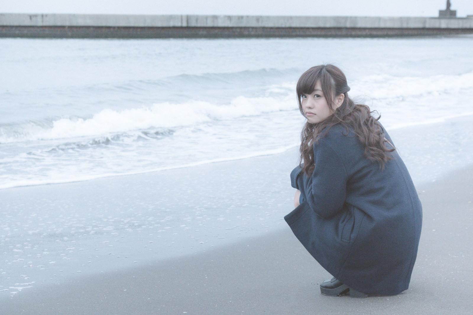 「砂浜でいじける女性砂浜でいじける女性」[モデル:河村友歌]のフリー写真素材を拡大