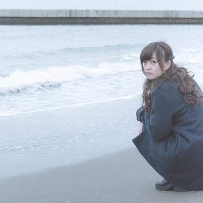 「砂浜でいじける女性」の写真素材