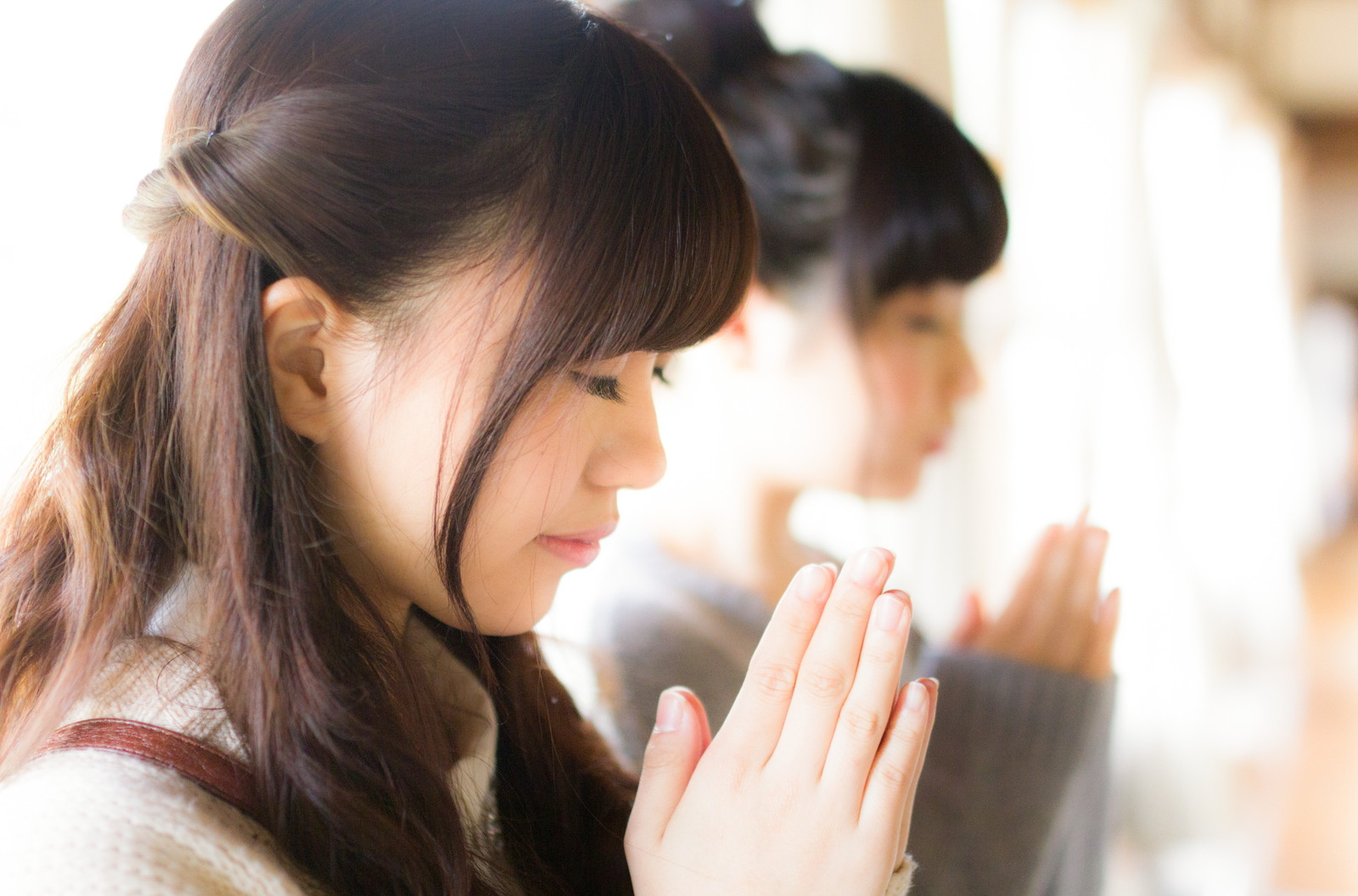 「合格祈願をする受験生」の写真[モデル:河村友歌 渡辺友美子]