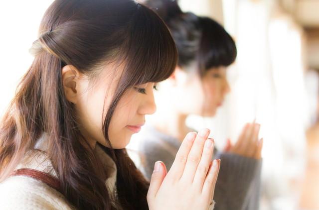 合格祈願をする受験生の写真