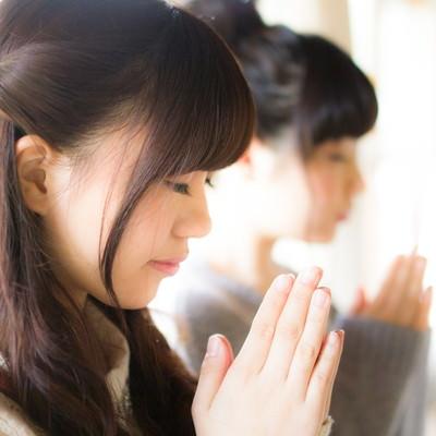 「合格祈願をする受験生」の写真素材