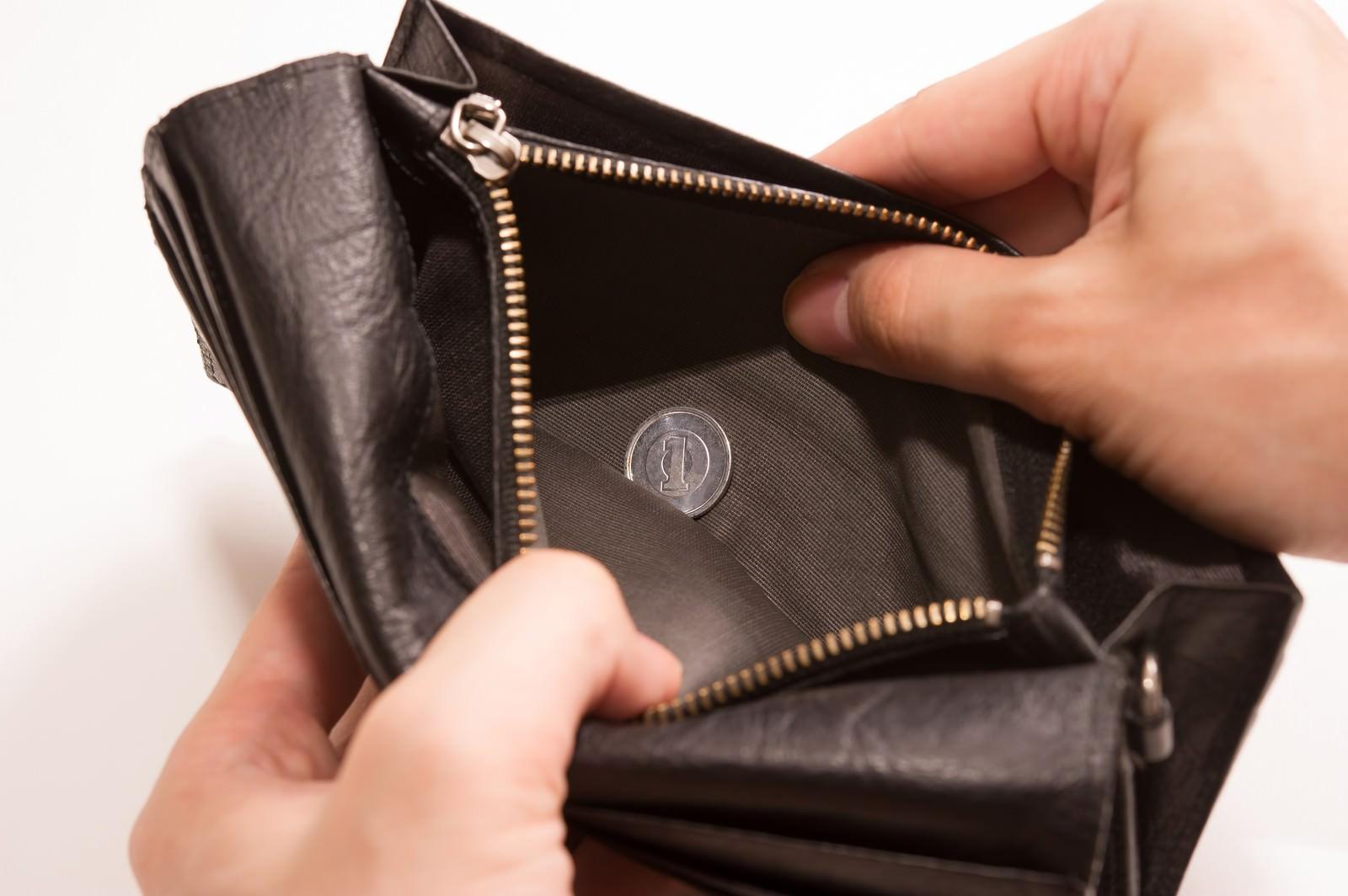「財布を開けたら1円しか入ってなかった、貧乏が悪いんや・・・財布を開けたら1円しか入ってなかった、貧乏が悪いんや・・・」のフリー写真素材を拡大