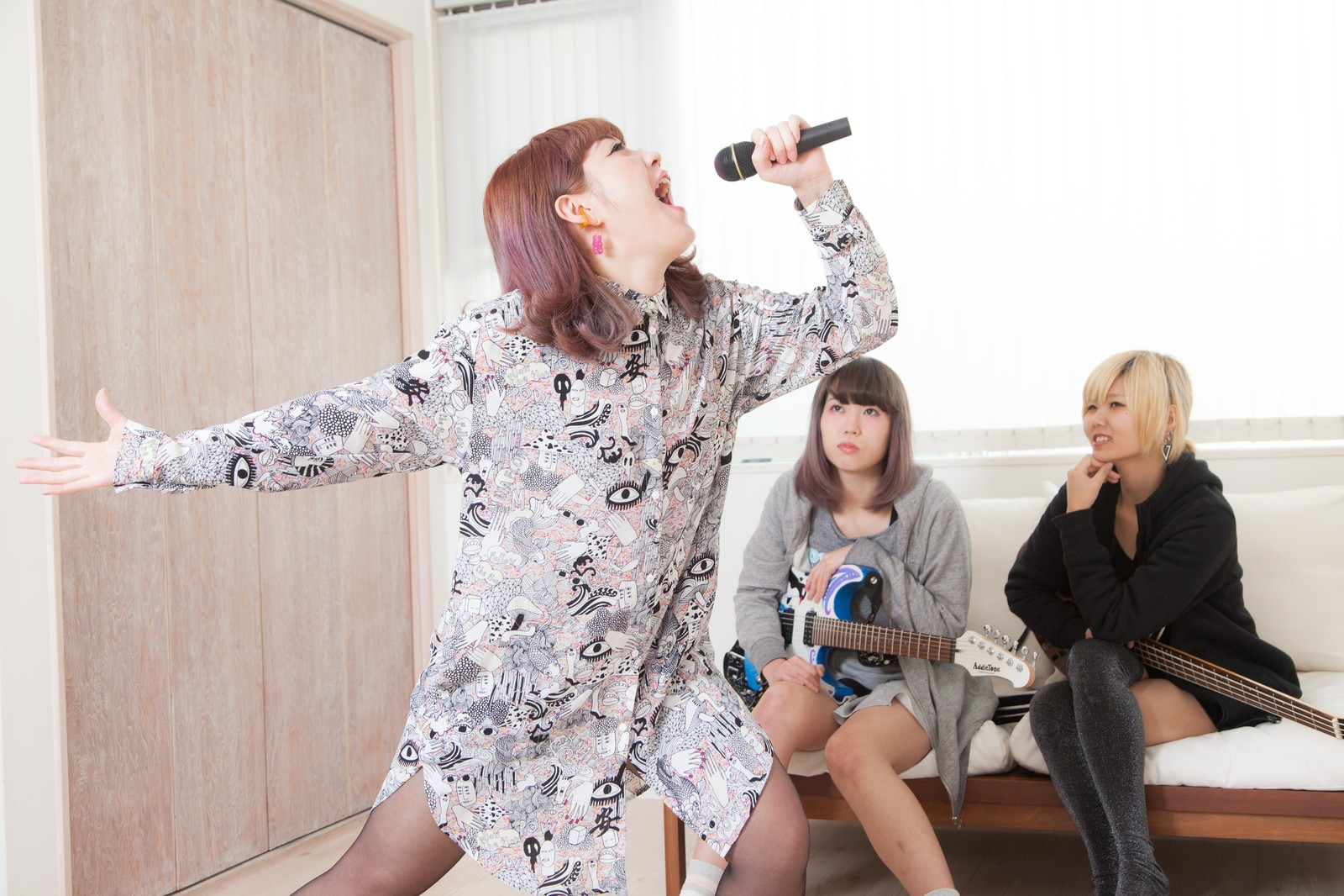 「自宅で新曲を披露するVocal」の写真[モデル:IRISMONDE]